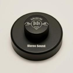 レコード盤の上で「DADAレーベル」のロゴマークがくるくると回転します